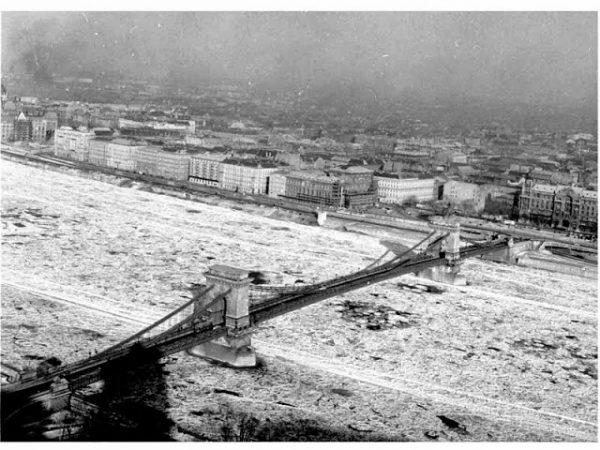 A befagyott Duna Budapestnel 1963 telén. Fotó: Bara István