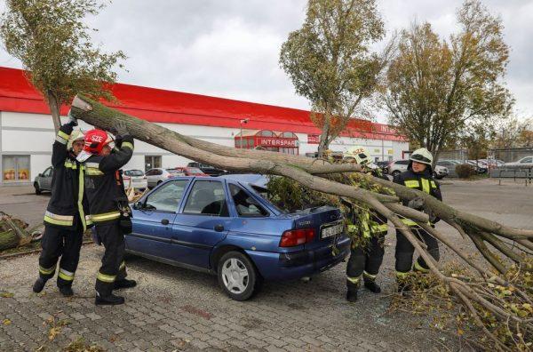 A szentendrei áruháznál a tűzoltók mentenek egy szerencsétlenül járt autót. MTI Fotó: Mohai Balázs