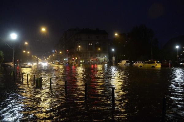 A vízzel elöntött XIII. kerületi Béke tér  MTI Fotó: Bruzák Noémi