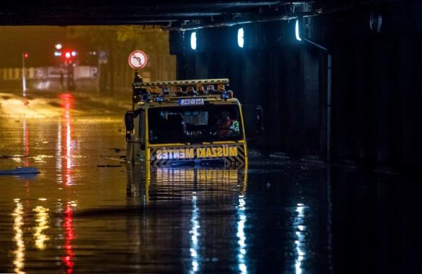 Vízben elkadt gépjármű Budapesten, a VI. kerületi Dózsa György út - Podmaniczky utca kereszteződésében a vasúti feluljáró alatt MTI Fotó: Szigetváry Zsolt