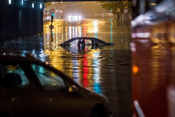 Vízzel elöntött autó Budapesten, a VI. kerületi Dózsa György út - Podmaniczky utca kereszteződésében a vasúti feluljáró alatt MTI Fotó: Szigetváry Zsolt