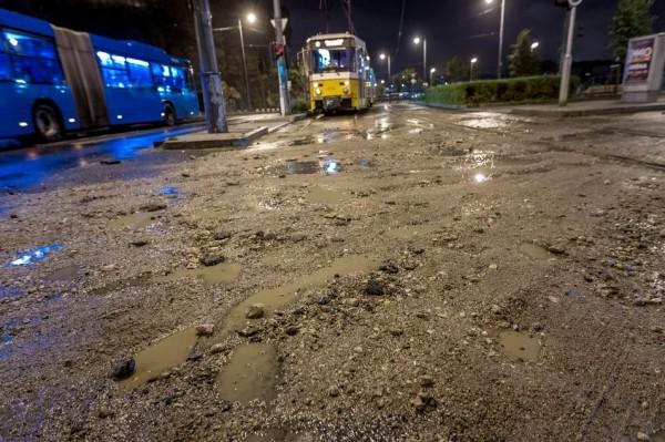 A viharban a Gellért-hegyről lemosott törmelék miatt járhatatlanná vált villamossín a Szent Gellért téren MTI Fotó: Szigetváry Zsolt
